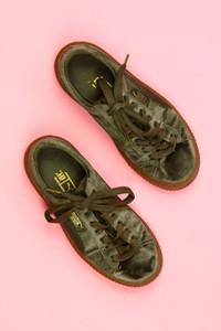 PUMA - samt-low-top sneakers mit logo-badge -